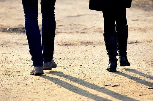 Foto van twee wandelende mensen: Walk the talk - De Nootenkraker voor de Nieuwetijdse Bedrijfscultuur